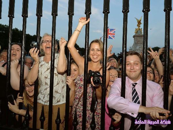 بالصور كيف استقبل البريطانيون المولود الملكي الجديد 13746018504.jpg