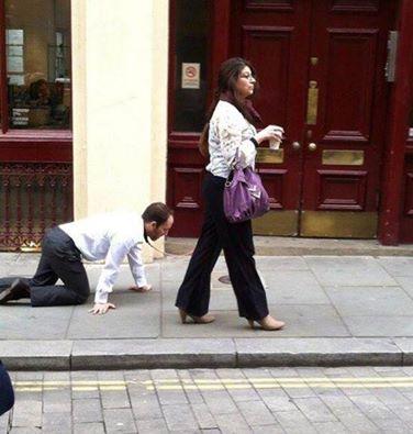 """كشف لغز المرأة التي تجر """"الرجل الكلب"""" في شوارع #لندن! 1397820151511.jpg"""