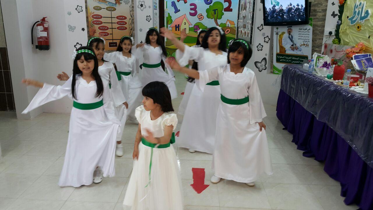 مشاركة طالبات الابتدائية الاربعون في فقرة عاصفة الحزم في ختام حفل الانشطة  للعام 1435هـ 1432910525381.jpg