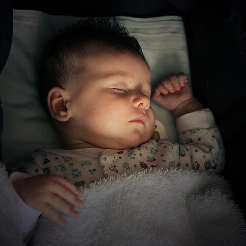 إستيقاظ الطفل المتكرر إثناء النوم ( نصائح و توصيات ) 143521387991.jpg