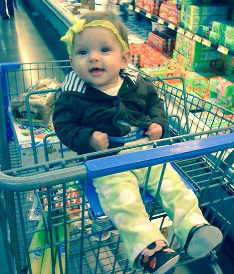 جلوس الطفل في عربة التسوق 1435223739381.jpg