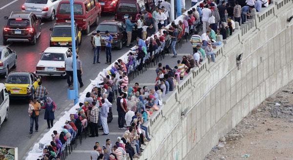 مصر تحطم الرقم الايطالي بأطول مائدة في العالم 1435412194651.jpg