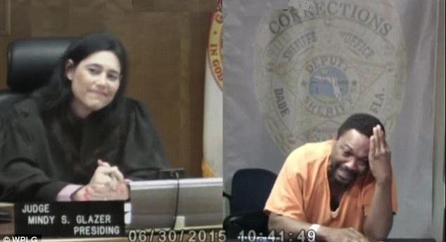 متهم ينهار أمام قاضية اكتشف أنها كانت زميلته بالمدرسة 1436237267721.jpg