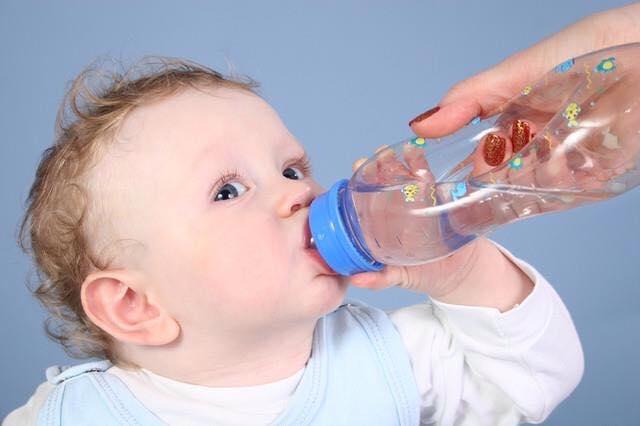 ماهو العمر المناسب لإدخال الماء للطفل ؟ 1436340435591.jpg