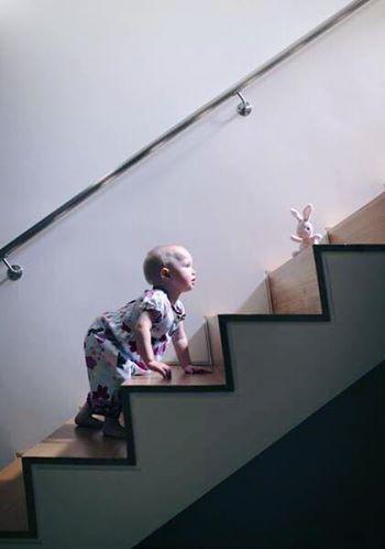 الطفل و الدرج 1436342667861.jpg