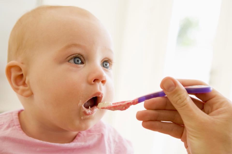خطوات البدء بتغذية الطفل 1437472353311.jpg