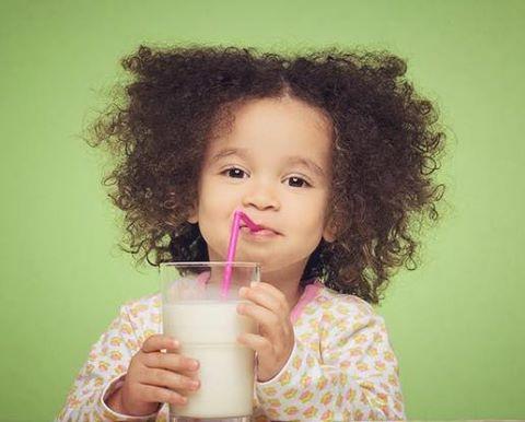 متى يبدأ الطفل بشرب الحليب قليل الدسم ؟ 1437963576711.jpg