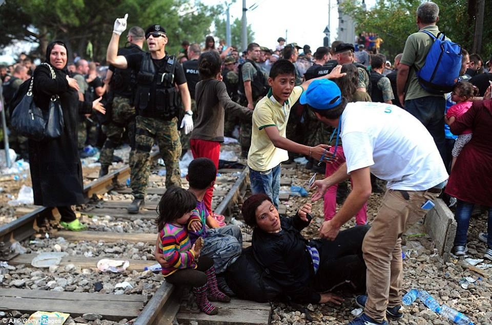 صور صادمة لمعاناة اللاجئين السوريين على حدود مقدونيا 1440242280551.jpg