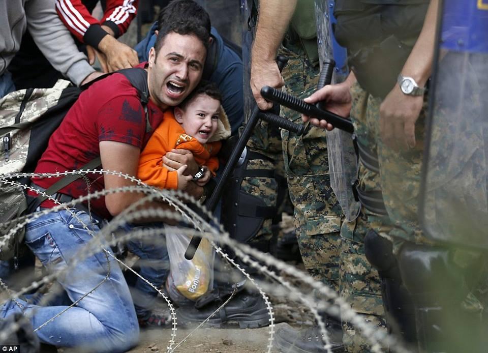 صور صادمة لمعاناة اللاجئين السوريين على حدود مقدونيا 1440242280572.jpg
