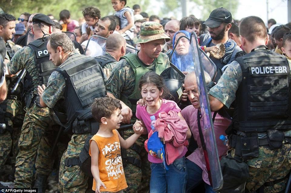صور صادمة لمعاناة اللاجئين السوريين على حدود مقدونيا 144024228063.jpg