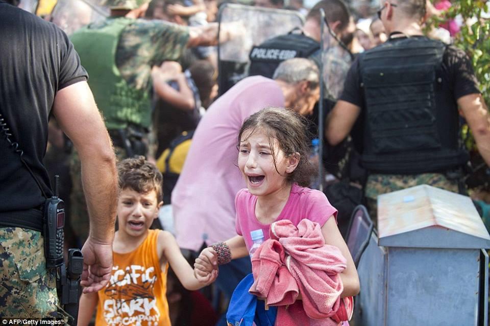 صور صادمة لمعاناة اللاجئين السوريين على حدود مقدونيا 1440242353871.jpg
