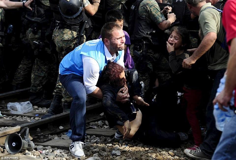 صور صادمة لمعاناة اللاجئين السوريين على حدود مقدونيا 1440242353913.jpg