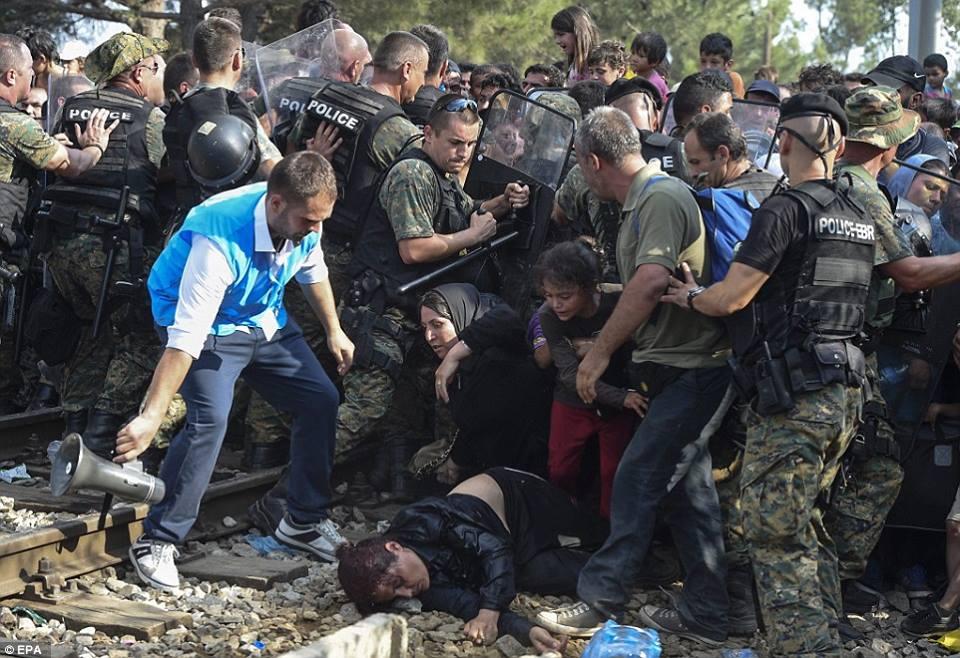 صور صادمة لمعاناة اللاجئين السوريين على حدود مقدونيا 1440242410571.jpg
