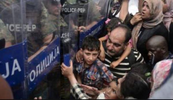 صور صادمة لمعاناة اللاجئين السوريين على حدود مقدونيا 1440242410623.jpg