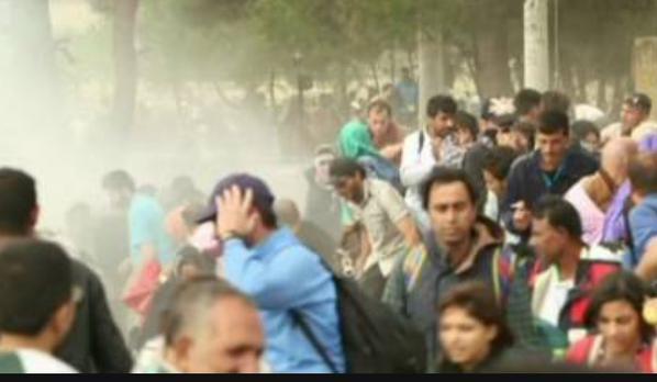 صور صادمة لمعاناة اللاجئين السوريين على حدود مقدونيا 1440242465231.jpg