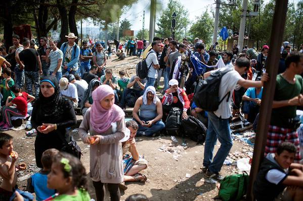 صور صادمة لمعاناة اللاجئين السوريين على حدود مقدونيا 1440242465263.jpg