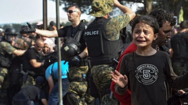 صور صادمة لمعاناة اللاجئين السوريين على حدود مقدونيا 1440242518172.jpg