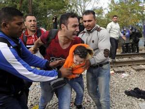 صور صادمة لمعاناة اللاجئين السوريين على حدود مقدونيا 1440242578931.jpg