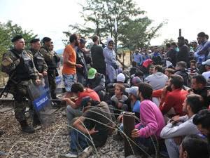 صور صادمة لمعاناة اللاجئين السوريين على حدود مقدونيا 1440242578942.jpg