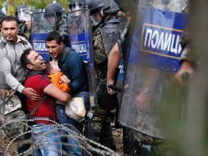 صور صادمة لمعاناة اللاجئين السوريين على حدود مقدونيا 1440242578943.jpg