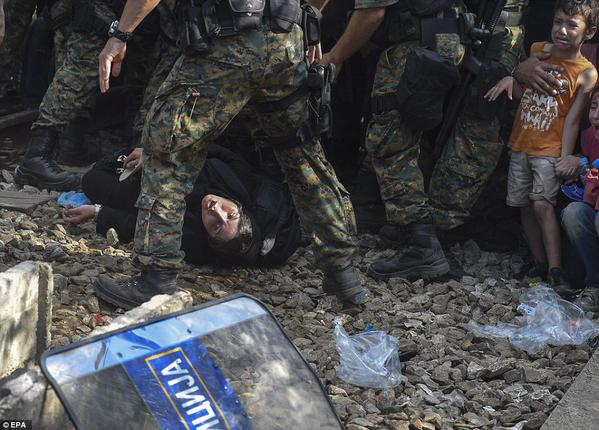 صور صادمة لمعاناة اللاجئين السوريين على حدود مقدونيا 1440242631411.jpg