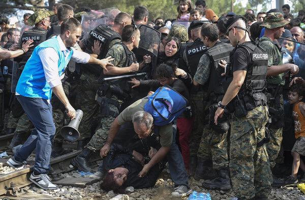 صور صادمة لمعاناة اللاجئين السوريين على حدود مقدونيا 1440242677591.jpg