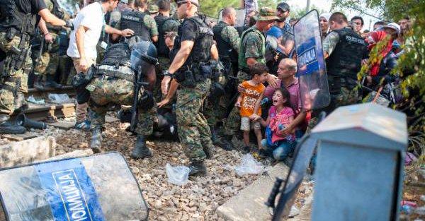 صور صادمة لمعاناة اللاجئين السوريين على حدود مقدونيا 144024267762.jpg